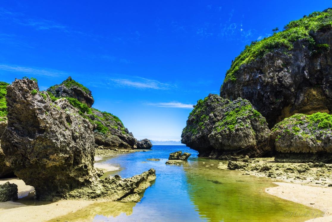 浜比嘉島の風景。手前の水たまりがリフレクションを起こしている。