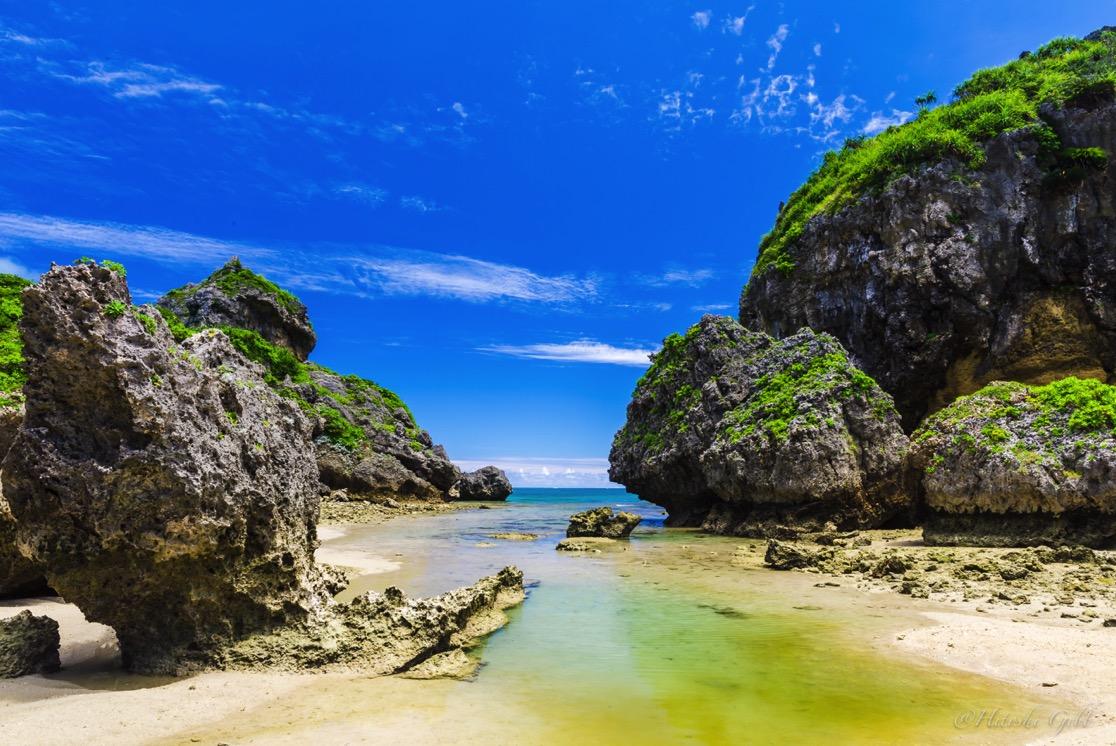 浜比嘉島の風景。手前の水たまりのリフレクションをカット。